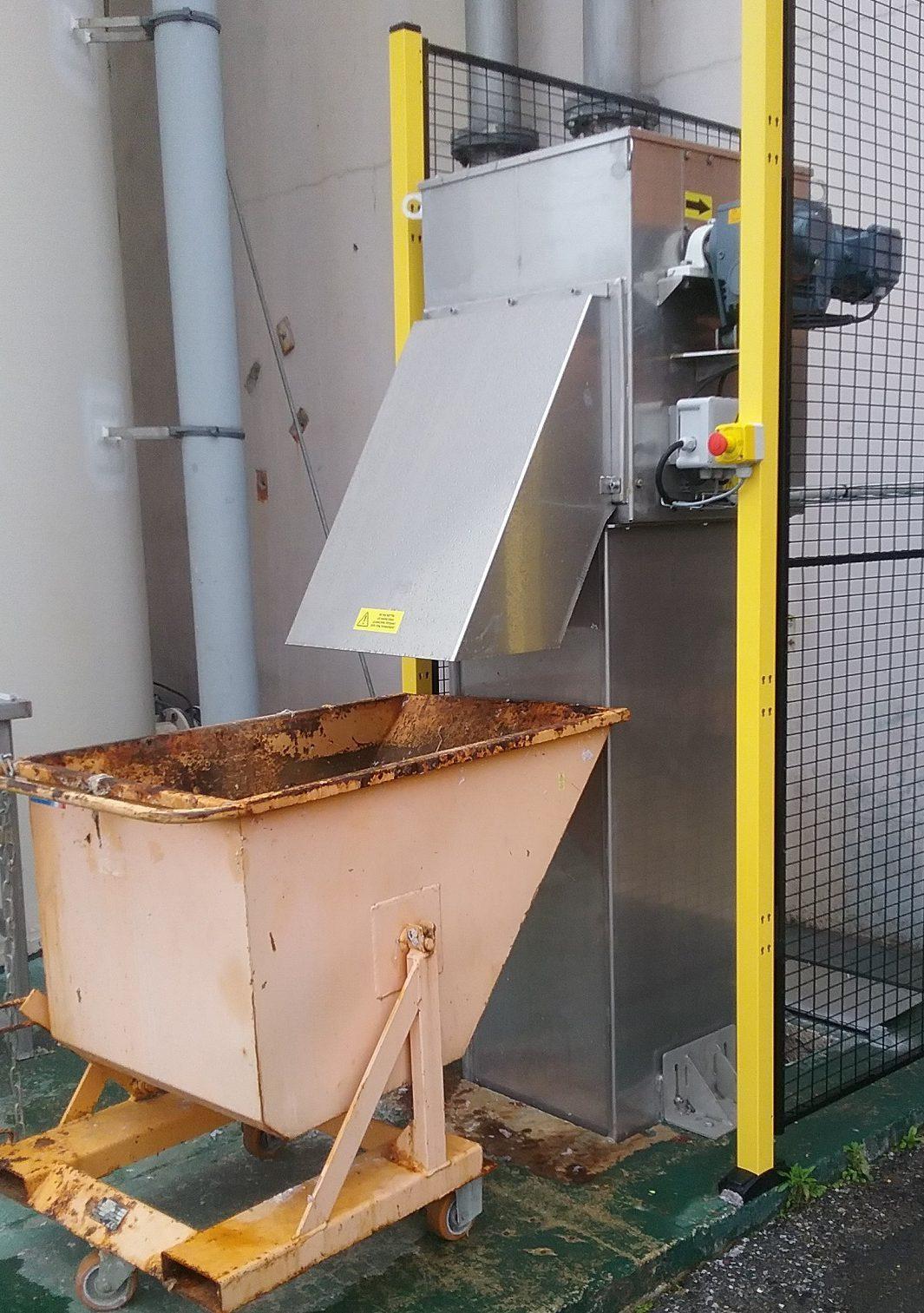dégrilleur vertical inofilter installé dans un canal bêton